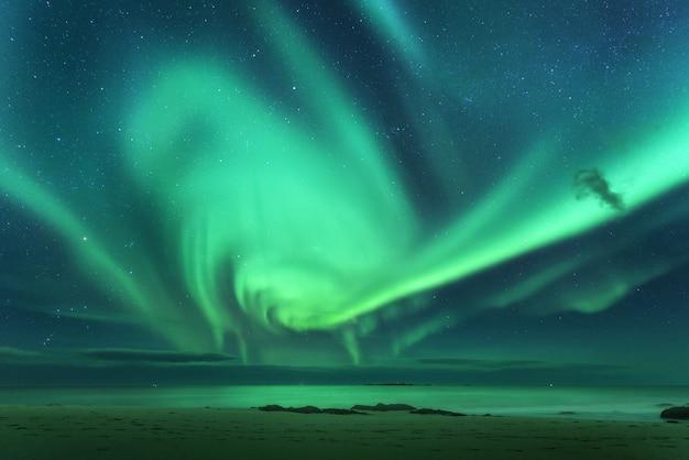 Aurora borealis boven de zee