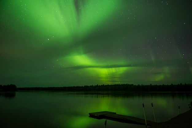 Aurora borealis boven meer in finland, idyllisch nachtlandschap