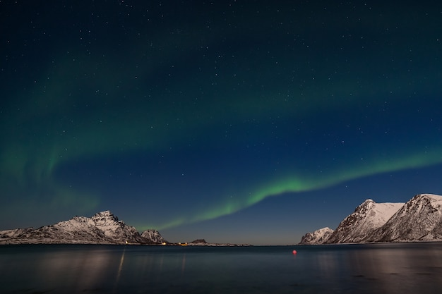 Aurora borealis, poollicht, boven bergen in het noorden van europa