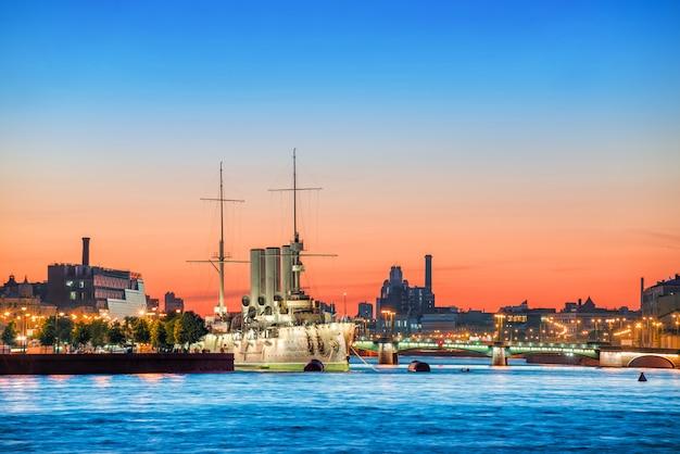 Aurora in st. petersburg en de rode zonsondergang