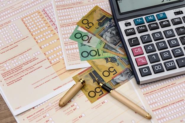Australisch belastingformulier met rekenmachine en australische dollars