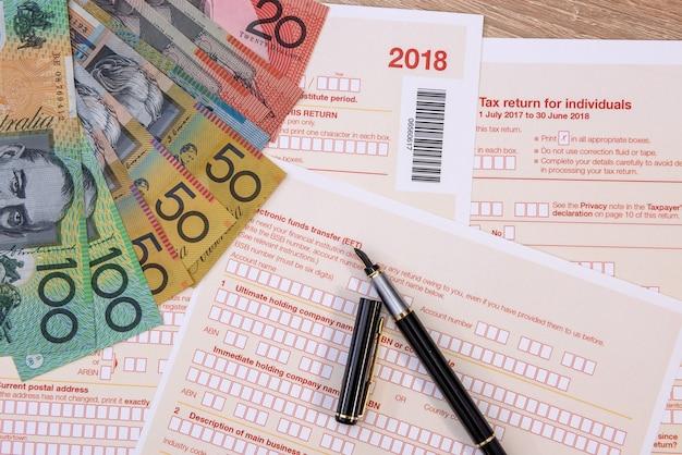 Australische belastingformulier met kleurrijke australische dollar biljetten close-up