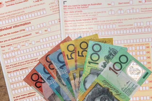 Australische belastingmaatschappij, individueel formulier met bankbiljetten
