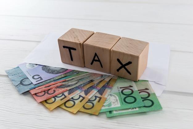 Australische dollars in envelop met houten kubussen