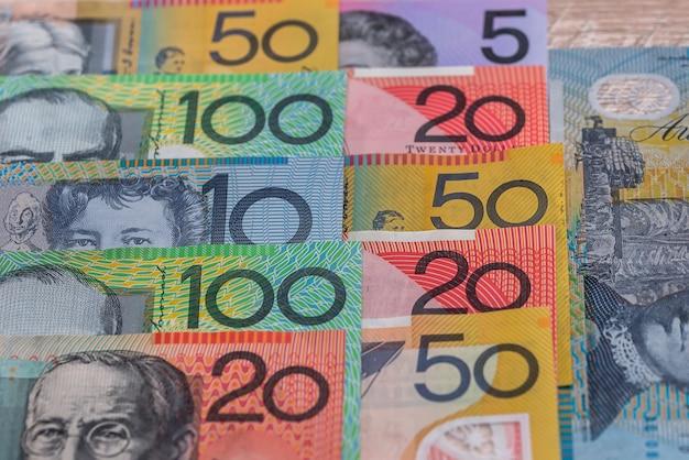 Australische dollars in rijen die als achtergrond worden gebruikt