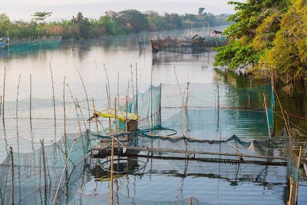 Authentiek vissersdorp op het eiland filipijnen