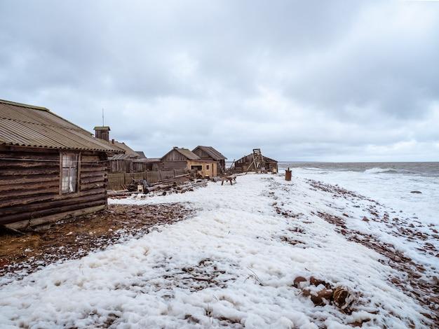 Authentiek vissersdorpje aan de oevers van de woeste witte zee. kola-schiereiland. rusland.