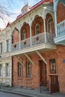 Authentieke architectuur van een gezellige wijk van de oude stad tbilisi. tbilisi, georgië - 03.17.2021