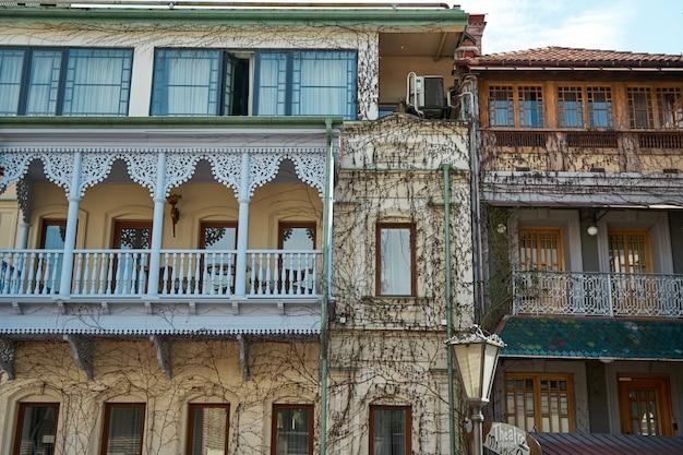 Authentieke architectuur van een gezellige wijk van de oude stad tbilisi.
