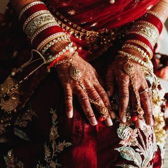 Authentieke indiase bruiloftarmbanden en gekleurde handen van henna