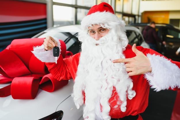 Authentieke kerstman die rode auto bestuurt, uitzicht van buitenaf