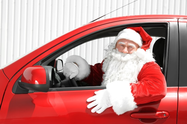 Authentieke kerstman kijkt uit autoraam