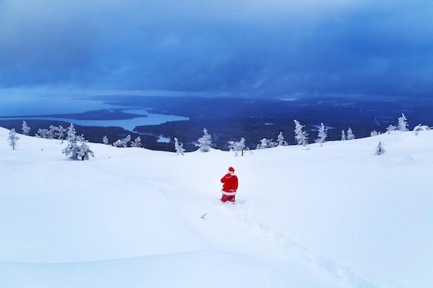 Authentieke kerstman op een besneeuwde berg.