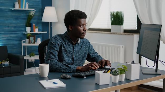 Authentieke man computergebruiker die vanuit huis werkt in een gezellige flat
