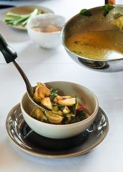 Authentieke thaise keuken met decoratie en smaak.