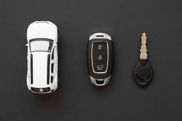 Auto-accessoires op tafel
