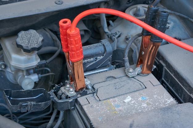 Auto-accu opladen met een andere autostartkabel in de winter
