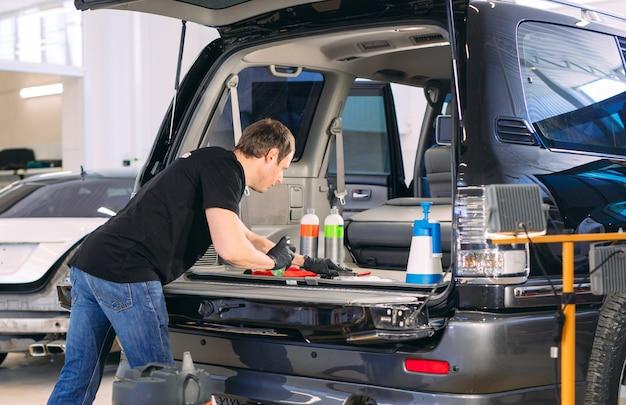 Auto-apotheek. chemische behandeling van de kofferbak.