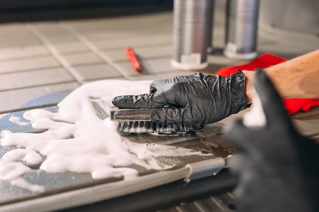 Auto-apotheek. chemische behandeling van kofferbak.