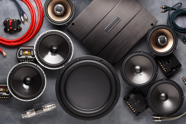Auto-audio, autoluidsprekers, subwoofer en accessoires voor afstemming.