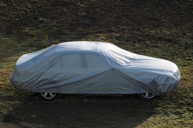 Auto bedekt met een beschermhoes