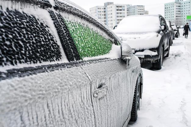 Auto bedekt met ijs en ijspegels na aanvriezende regen ijsstorm cycloon besneeuwde weer winter ijzige scènes