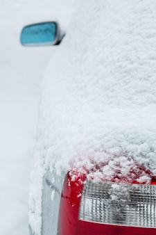 Auto bedekt met sneeuw