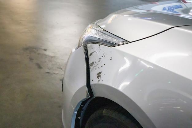 Auto beschadigd aan de voorkant veroorzaakt door een auto-ongeluk op de weg