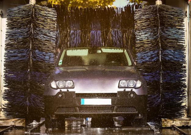 Auto bij een automatische wasstraat