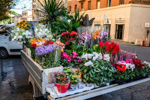 Auto bloemenwinkel in het centrum van de stad