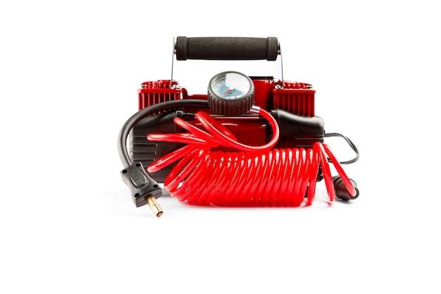 Auto compressor geïsoleerd op een witte achtergrond. elektrische pomp blaast een autowiel op