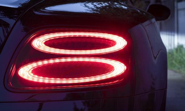 Auto detail rode auto achterlichten 's nachts