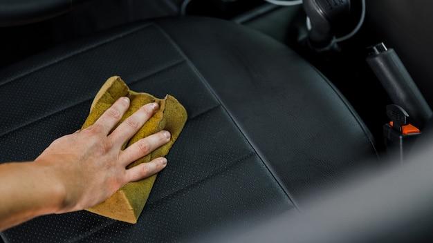 Auto detailing diensten. het interieur van de auto schoonmaken. reiniging van autostoelen.