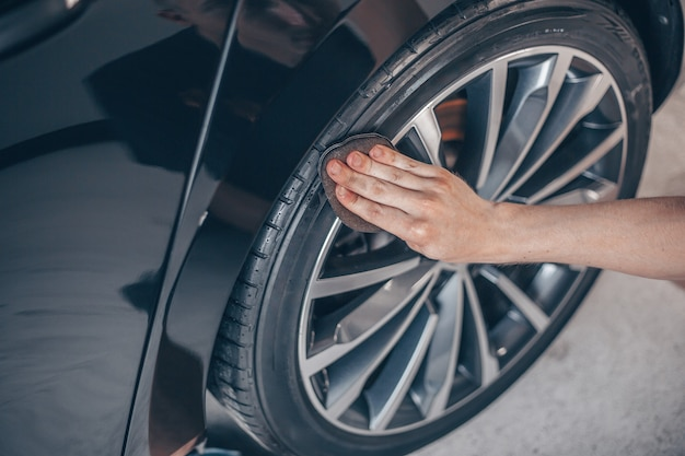 Auto detaillering concept, het wiel van de auto schoonmaken