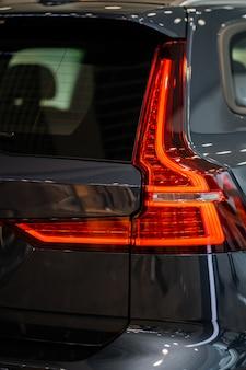Auto detaillering serie. schone koplampen van grijze sportwagen. luxe koplampen. grijze super auto. afstemmen. snelheid. concept. auto wassen.