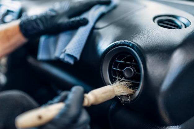 Auto detaillering van auto-interieur op carwash service.