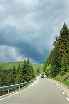 Auto die door de wegen van de karpatische berg rijdt