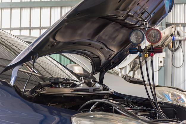 Auto die luchtvoorwaarde in luchtautswinkel opnieuw vult
