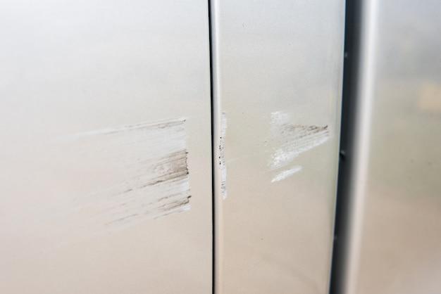 Auto heeft gekrast met diepe schade aan de verf, auto-ongeluk op de weg.