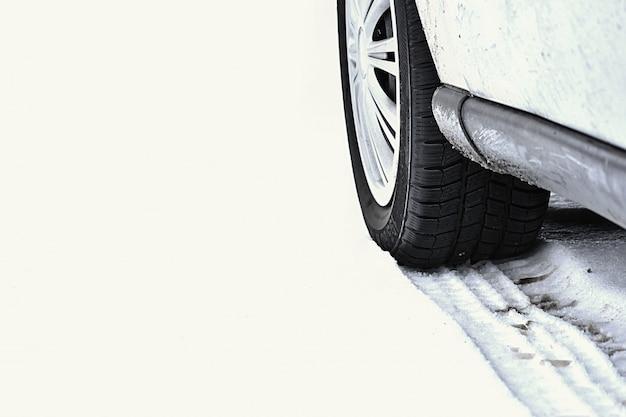 Auto in de winter. band op een besneeuwde weg bij slecht weer.
