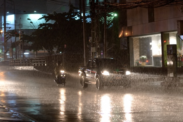 Auto in regende dag