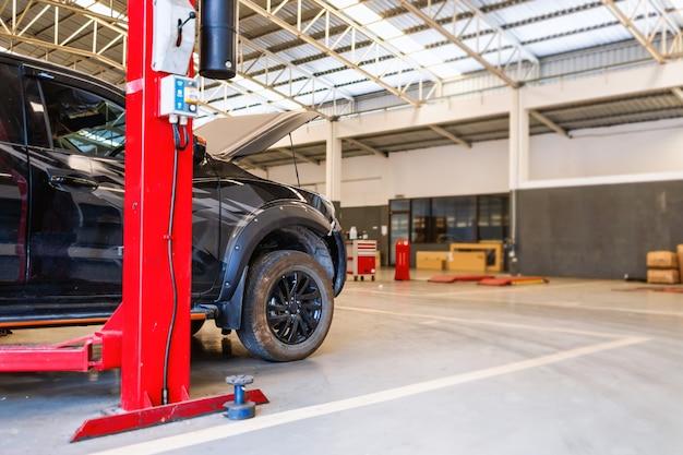 Auto in reparatie station en carrosseriebedrijf met soft-focus