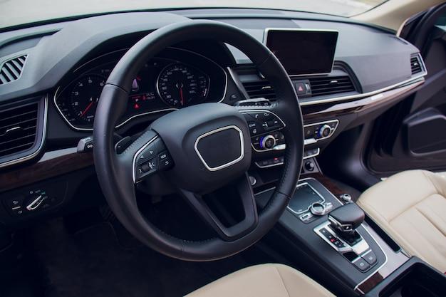 Auto-interieur bestuurder zijaanzicht. moderne auto-interieur