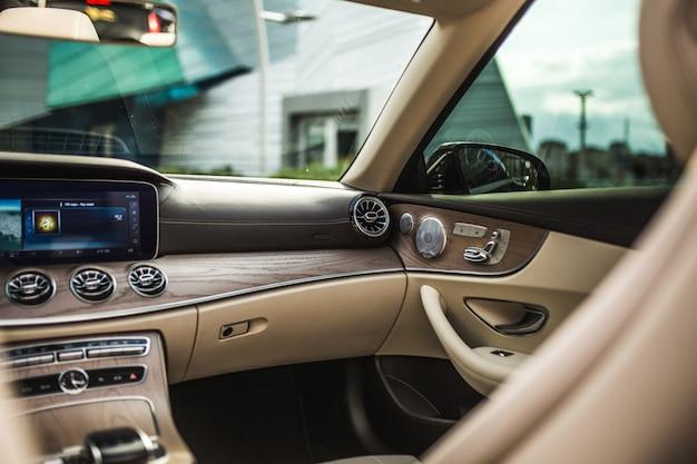 Auto-interieur, bestuurdersstoel, navigatie en ac