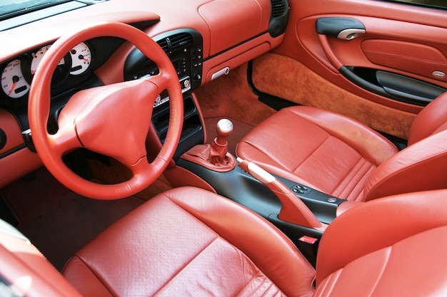 Auto-interieur in rood leer
