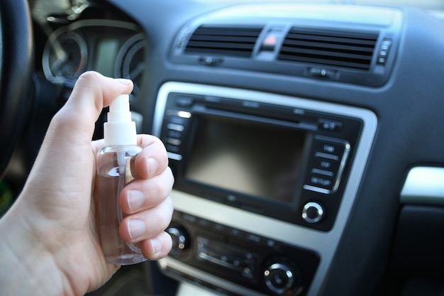 Auto-interieur reinigen en besproeien met desinfectievloeistof