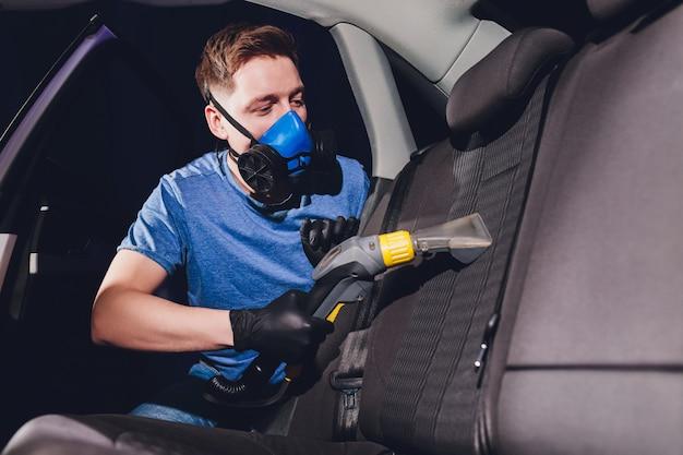 Auto-interieur textiel stoelen chemische reiniging met professionele extractiemethode. vroege voorjaarsschoonmaak of regelmatig opruimen.