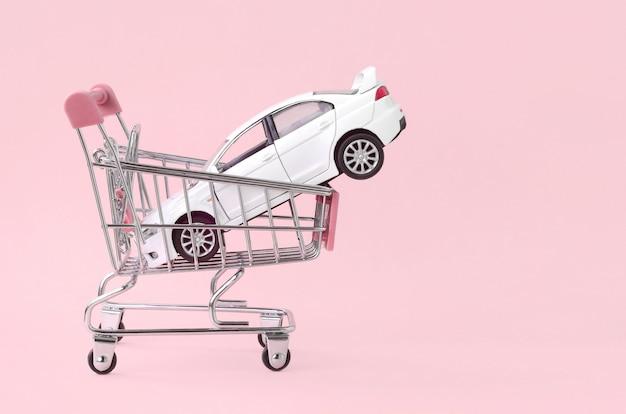 Auto kopen en leasen concept, voertuig in winkelwagen