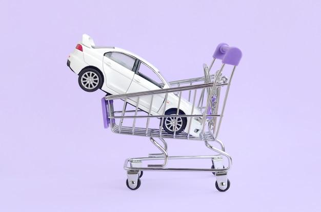 Auto kopen en leasen concept. voertuig in winkelwagen