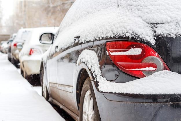 Auto koplamp close-up. auto in de sneeuw in de winter
